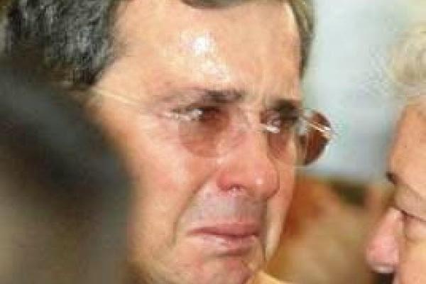 Uribe._Alvaro_Uribe_llorando_por_la_muerte_de_V_ctor_Carranza
